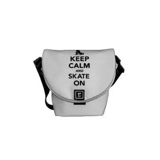 Guarde la calma y patine encendido bolsa de mensajeria