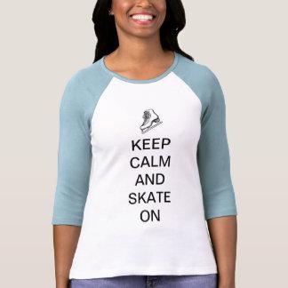 Guarde la calma y patine encendido camisetas