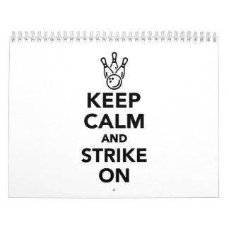 Guarde la calma y pegue en bolos calendarios de pared