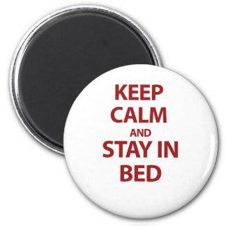 Guarde la calma y permanezca en cama imán redondo 5 cm