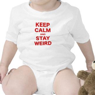 Guarde la calma y permanezca extraño traje de bebé