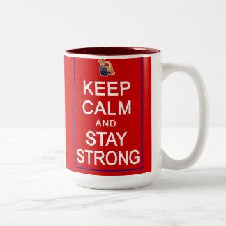 Guarde la calma y permanezca las derechas para muj taza de café