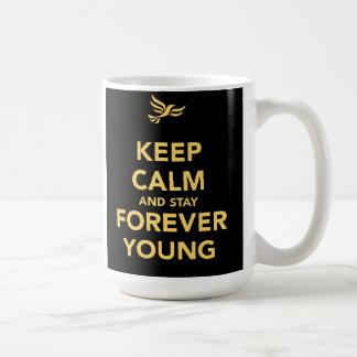 Guarde la calma y permanezca para siempre los jóve tazas de café