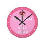 Guarde la calma y permanezca sobrio relojes de pared