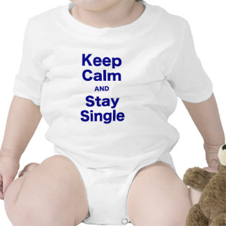 Guarde la calma y permanezca solo camisetas