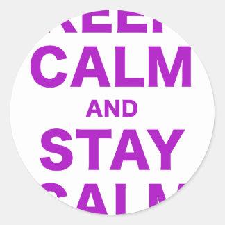 Guarde la calma y permanezca tranquilo etiqueta redonda
