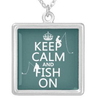 Guarde la calma y pesque encendido - los colores a colgante cuadrado