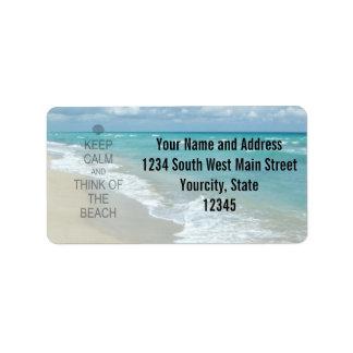 Guarde la calma y piense en la playa etiquetas de dirección