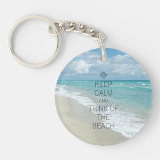 Guarde la calma y piense en la playa llavero redondo acrílico a una cara