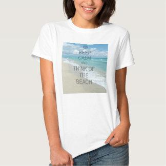 Guarde la calma y piense en la playa remeras