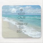 Guarde la calma y piense en la playa alfombrillas de ratón