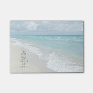 Guarde la calma y piense en la playa nota post-it