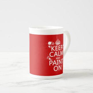 Guarde la calma y píntela en (en todos los taza de porcelana