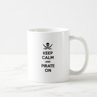 Guarde la calma y piratéela encendido taza de café