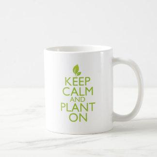 Guarde la calma y plántela encendido tazas de café