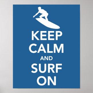 Guarde la calma y practique surf en la impresión póster