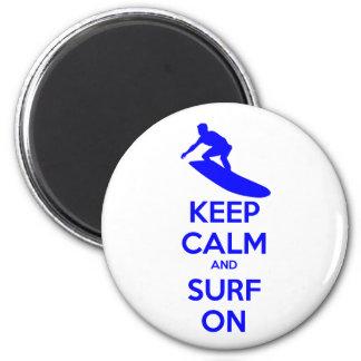 Guarde la calma y practique surf encendido imán redondo 5 cm