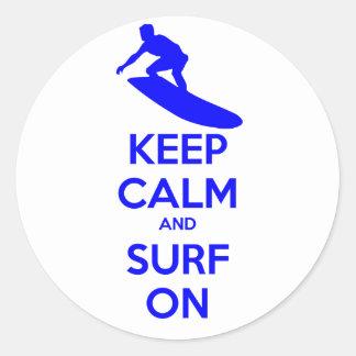 Guarde la calma y practique surf encendido pegatina redonda