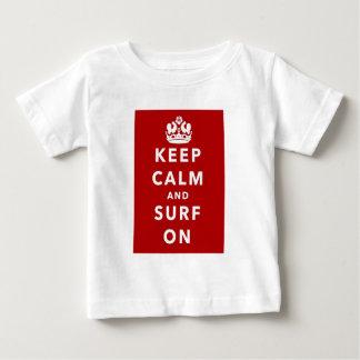 Guarde la calma y practique surf encendido tshirt