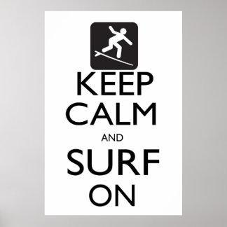 Guarde la calma y practique surf encendido póster