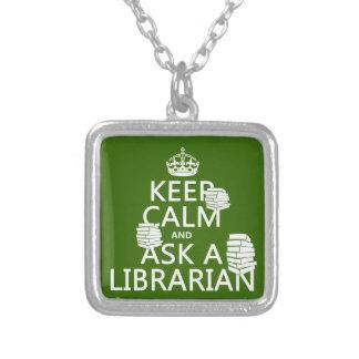 Guarde la calma y pregunte a bibliotecario collar plateado