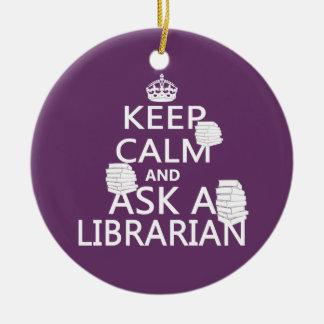 Guarde la calma y pregunte a bibliotecario adorno redondo de cerámica