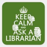 Guarde la calma y pregunte a bibliotecario calcomanias cuadradas