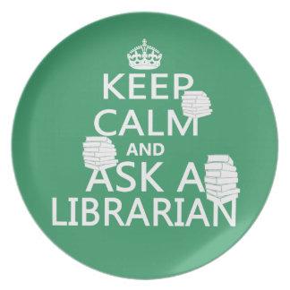 Guarde la calma y pregunte a bibliotecario plato para fiesta