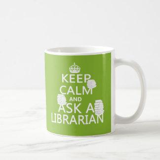 Guarde la calma y pregunte a bibliotecario taza de café