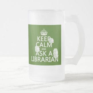 Guarde la calma y pregunte a bibliotecario taza de cristal