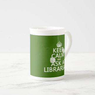 Guarde la calma y pregunte a bibliotecario taza de té