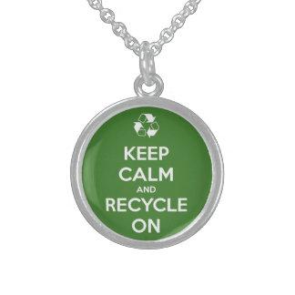 Guarde la calma y recíclela en verde pendientes personalizados