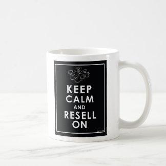 Guarde la calma y revéndala encendido taza de café