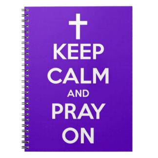 Guarde la calma y ruegue en el cuaderno espiral pú