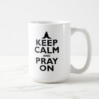 Guarde la calma y ruegue en la taza de café
