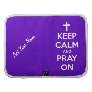 Guarde la calma y ruegue en púrpura planificadores