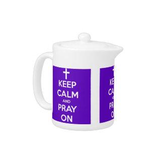 Guarde la calma y ruegue en púrpura