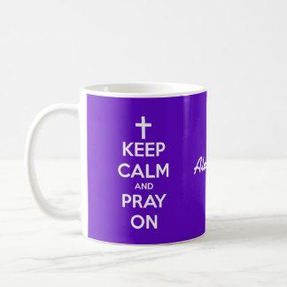 Guarde la calma y ruegue en púrpura y el blanco taza de café
