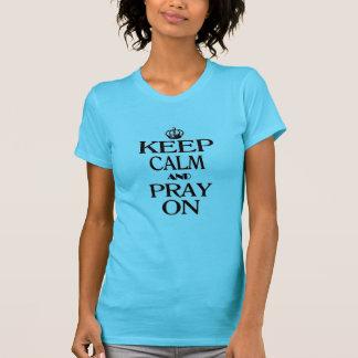 Guarde la calma y ruegue encendido camisetas