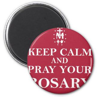Guarde la calma y ruegue su rojo rojo del rosario imán de frigorifico