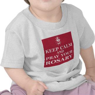 Guarde la calma y ruegue su rojo rojo del rosario camiseta