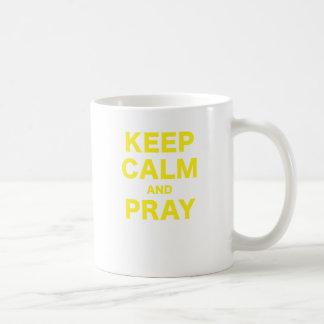 Guarde la calma y ruegue taza