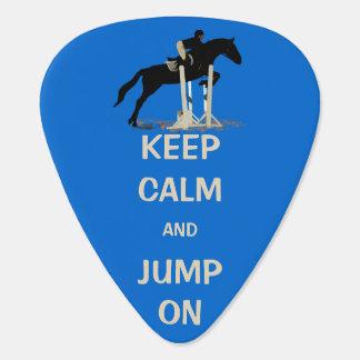Guarde la calma y salte en caballo plumilla de guitarra