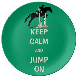 Guarde la calma y salte en caballo plato de cerámica