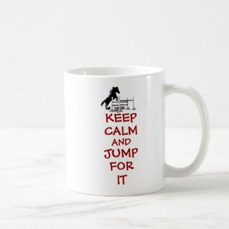 Guarde la calma y salte para ella el caballo taza básica blanca