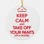 Guarde la calma y saque sus pantalones adorno navideño redondo de cerámica