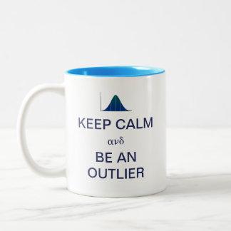 Guarde la calma y sea estadísticas de un taza de café de dos colores