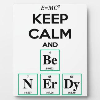Guarde la calma y sea regalos Nerdy Placa Para Mostrar