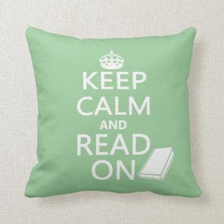 Guarde la calma y siga leyendo cojín