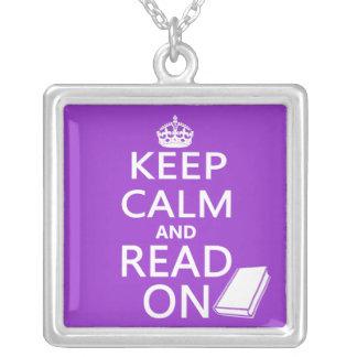 Guarde la calma y siga leyendo colgante cuadrado